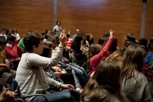 Joves assisteixen a acció NUS Cooperativa